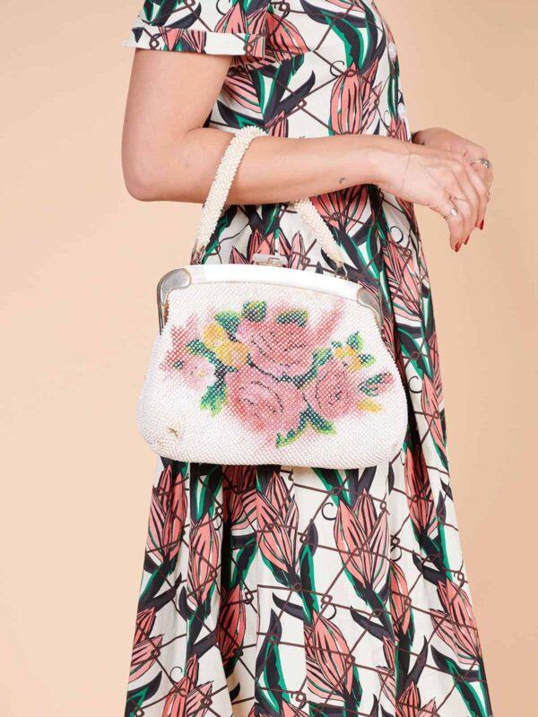 Boncuktan çiçek desenli sedef kiltli 60lar çantası
