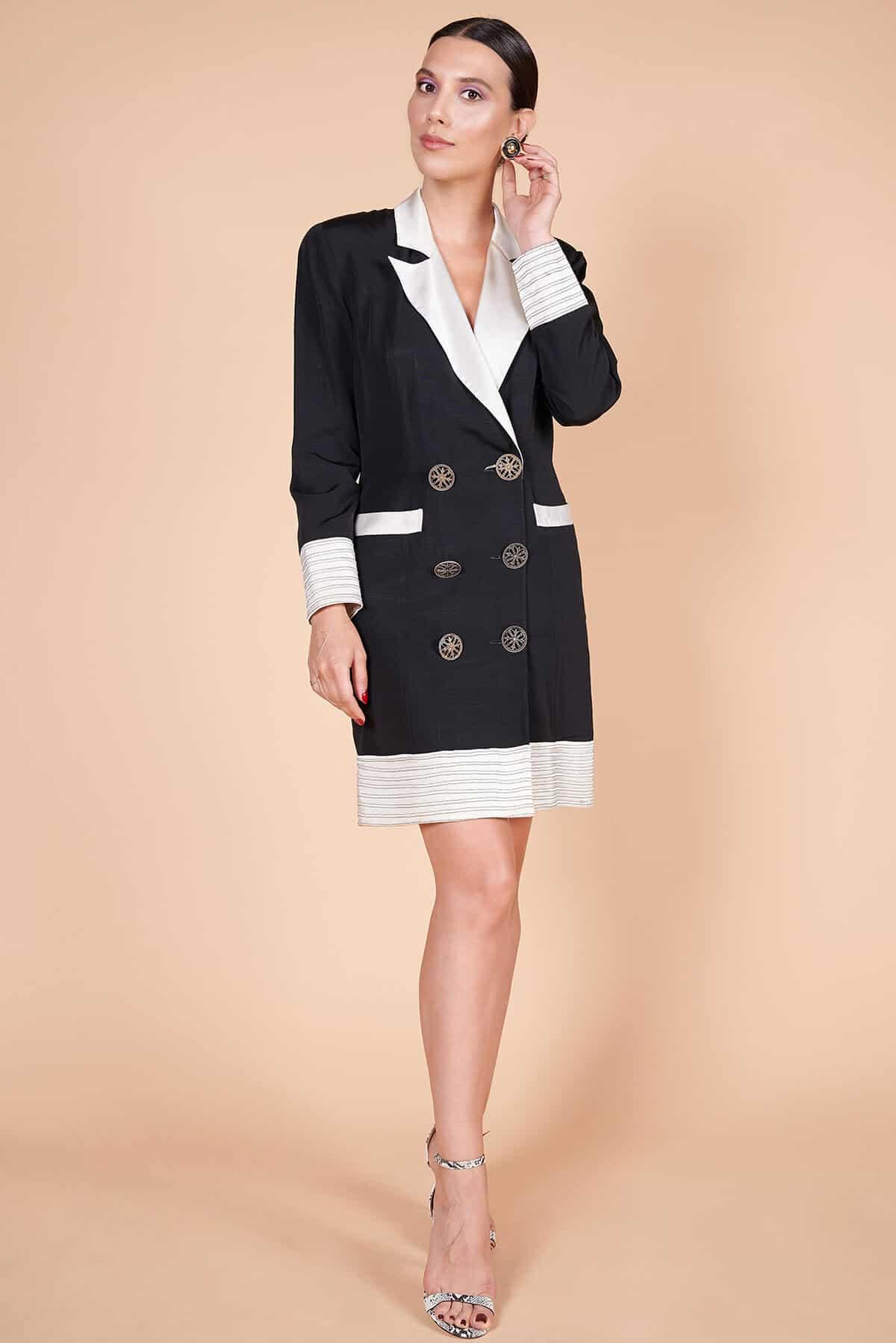 90lar siyah yakası kol ağızları cep kenarları etek ucu beyaz metal düğmeli redingot siyah ceket