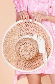 Geniş kenarlı hasır şapka, 2000'ler inci rengi ekru kordeleli ve aynı renk kenar şeritli