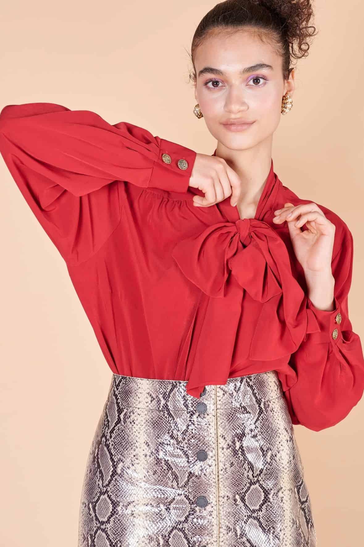 80ler ipek kırmızı uzun kollu manşetli yakası fiyonk ile bağlanan vintage bluz