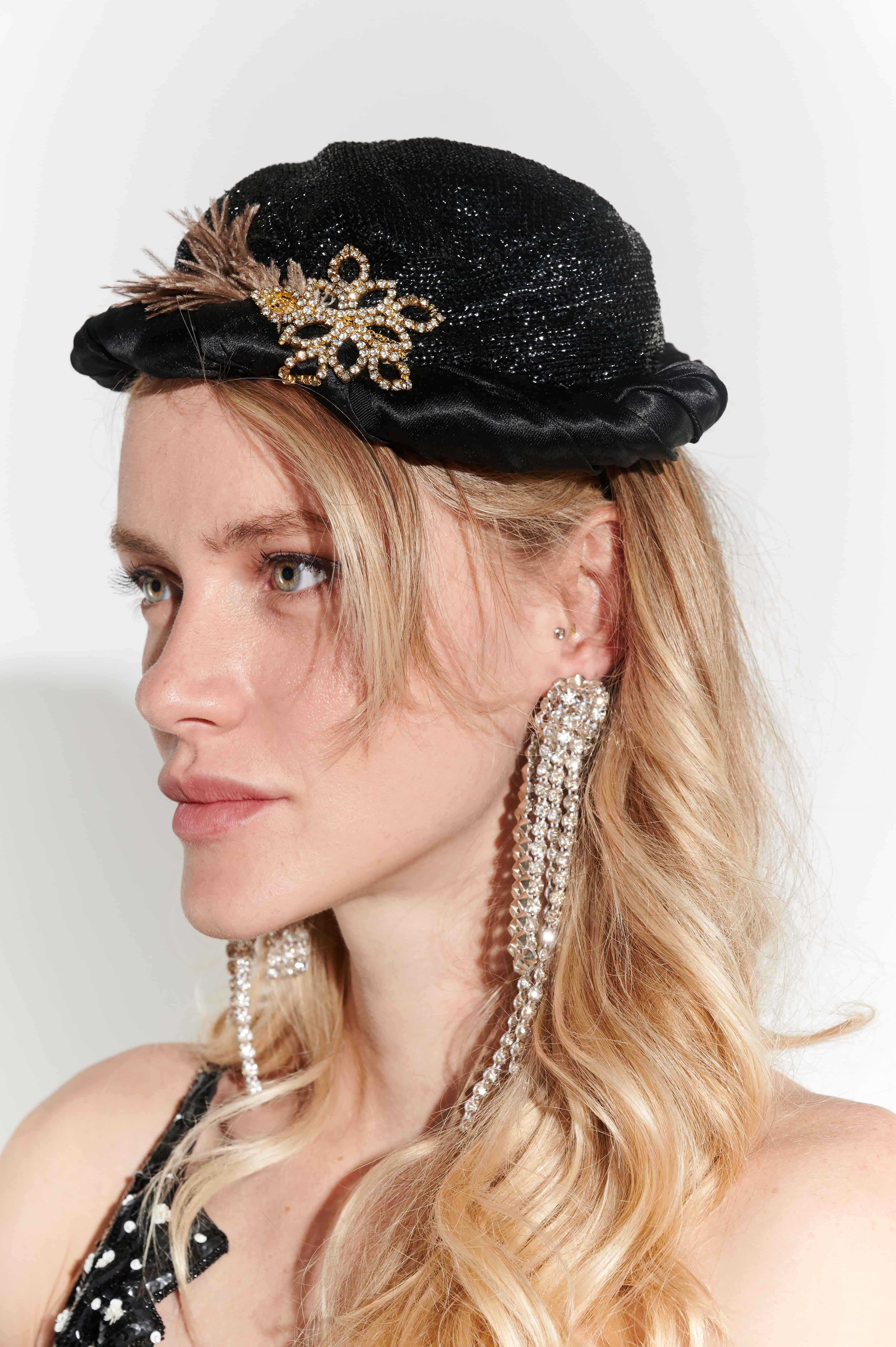 50'ler Çiçek Broşlu Pırıtılı Kumaş Gece Şapkası