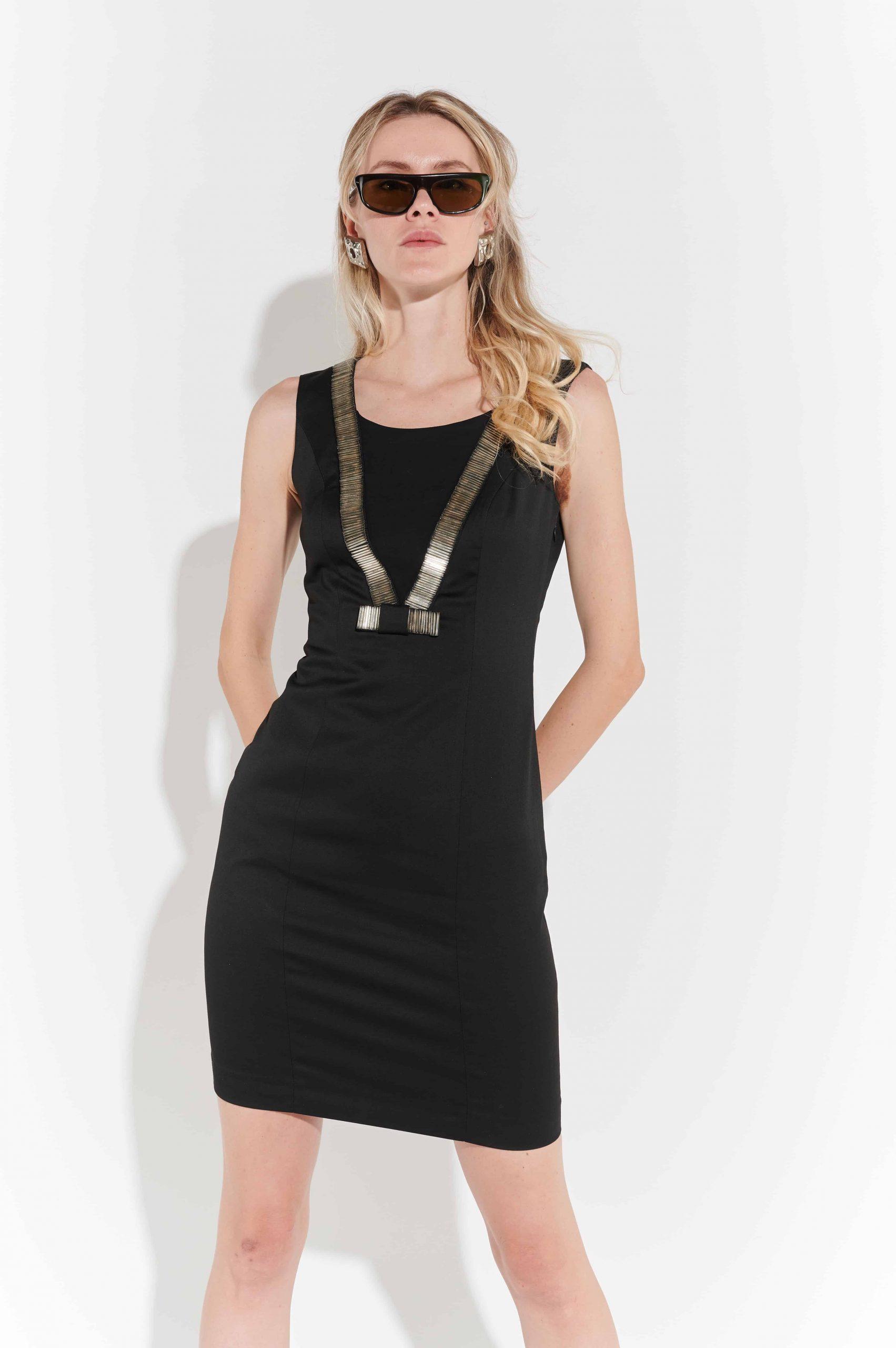 90lar kolsuz streç kumaş, V şeklinde gümüş rengi işlemeli diz üstü elbise