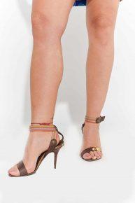 Topuklu Kahverengi Ayakkabı, 2000'ler kahverengi bantlı kırmızı yeşil şeritli ince yüksek topuklu açık ayakkabı
