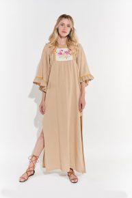 Kum rengi bej keten göğsü Türk el işi ile süslü yandan yırtmaçlı uzun elbise